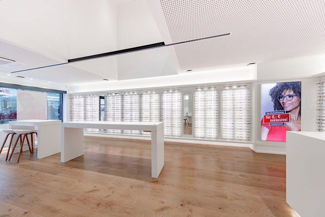 Schuster Innenausbau aus Salach – Brillen im Fokus -Ladenbau Augenoptik Stehtisch Warenpräsentation
