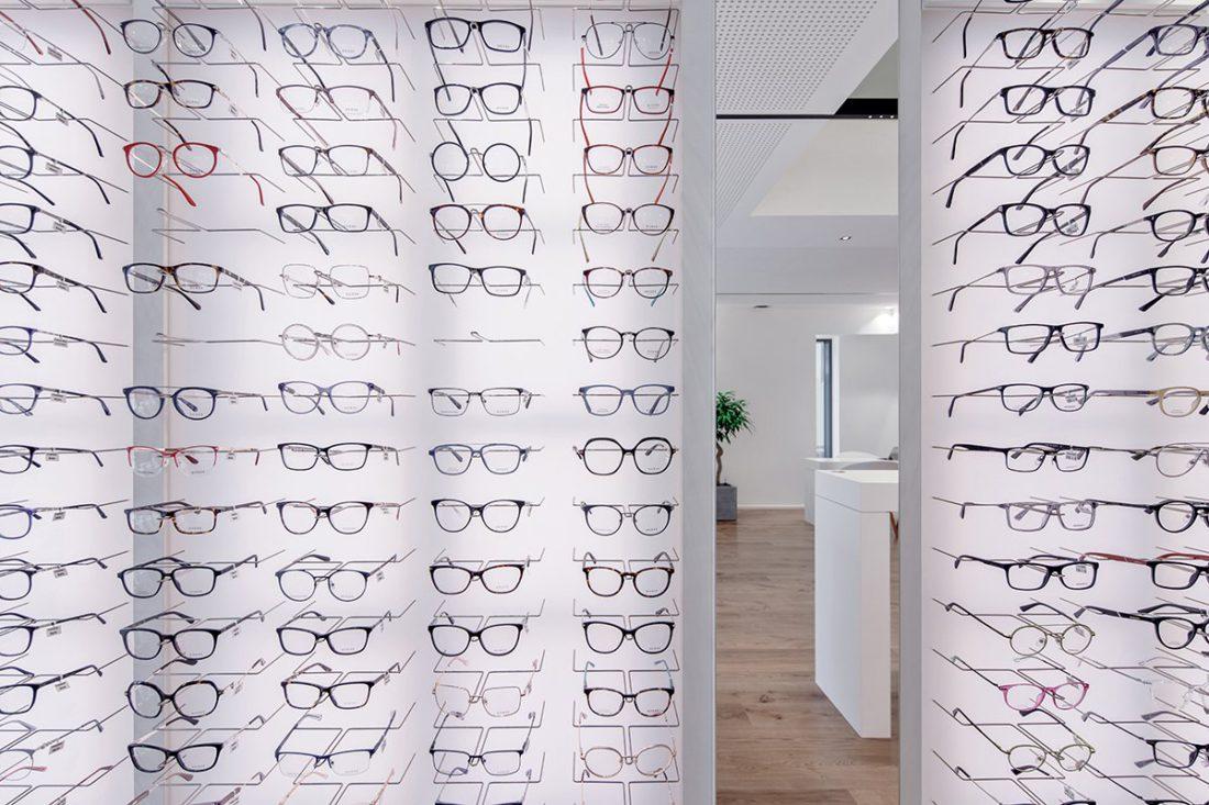 Schuster Innenausbau aus Salach – Brillen im Fokus -Ladenbau Augenoptik Warenpräsentation Brillen