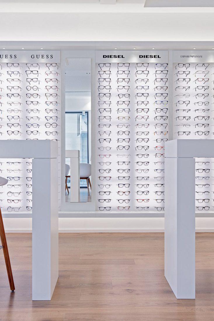 Schuster Innenausbau aus Salach – Brillen im Fokus -Ladenbau Augenoptik Warenpräsentation schlicht LED